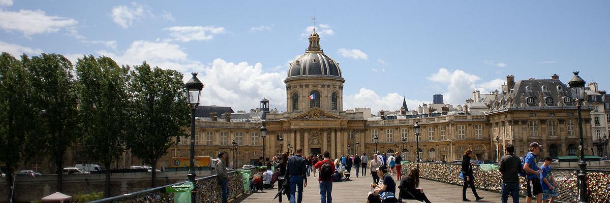 Academie Francaise, Pont des Arts, Paris par CherryX, licence CC : BY-SA 3.0. Source [Wikimedia Commons]