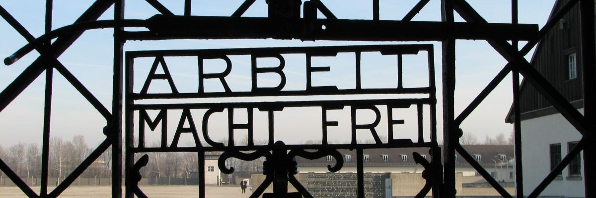 """Dachau """"Arbeit macht frei"""" by Sage ross, source [flickr] licence CC BY-SA"""
