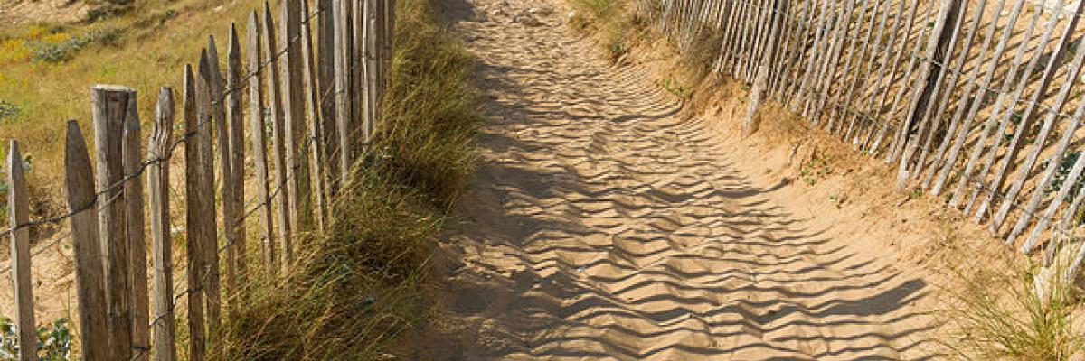 Accès plage, Sainte-Marie, Ré island, august 2015 par Jebulon, licence CC : public domain. Source [Wikimedia commons]