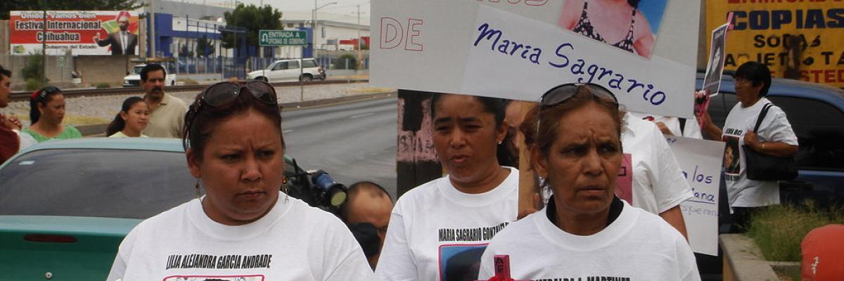 Familiares de mujeres asesinadas en Ciudad Juárez se manifiestan frente a la Fiscalía Mixta para la Atención de Delitos contra Mujeres, domi,io publico, source [Wikimedia Commons]