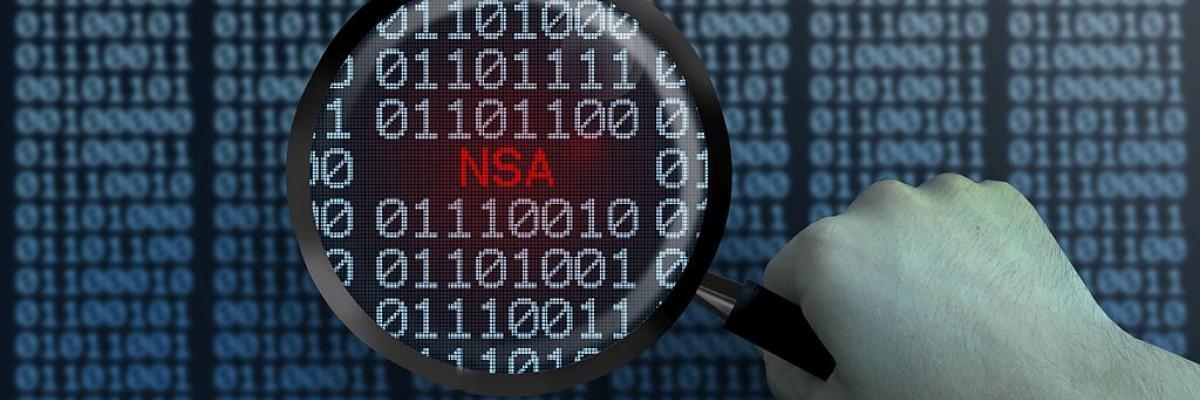 Hacker - Hacking - Lupe von Nullen und Einsen - NSA - blau par www.elbpresse.de, licence CC : BY-SA-4.0. Source [Wikimedia commons]