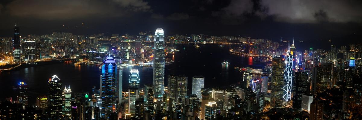 Hong-Kong at Night Licence CC-by-nc-nd par Michael McDonough, source Flickr