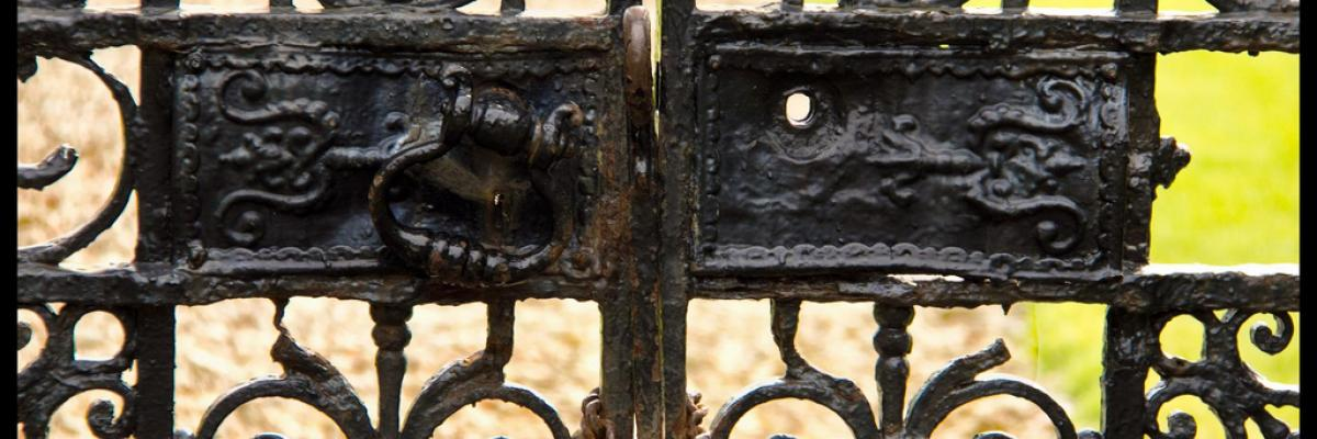 Dunrobin locked gate to the sea by Rip, licence CC:BY-SA-NC, source [Flick'r]