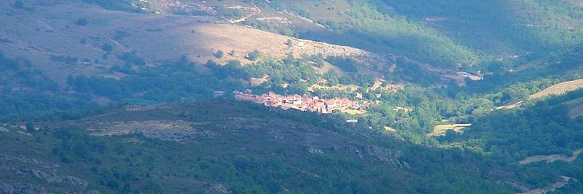 Vista aérea de Puebla de la Sierra,Dirección General de Turismo. Consejería de Economía e Innovación Tecnológica. Comunidad de Madrid , licence CC:BY, source [wikimedia commons]