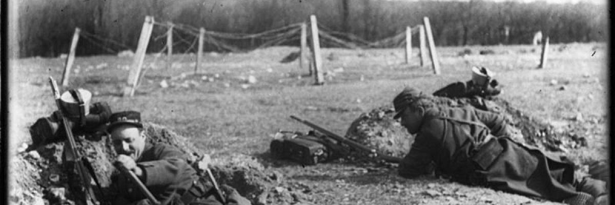 soldats creusant des tranchées individuelles, source [Gallica]