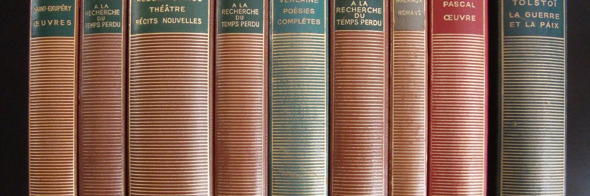 Neuf des 10 volumes les plus édités dans la Bibliothèque de la Pléiade by LPLT, Licence CC BY-SA sur Wikimedia
