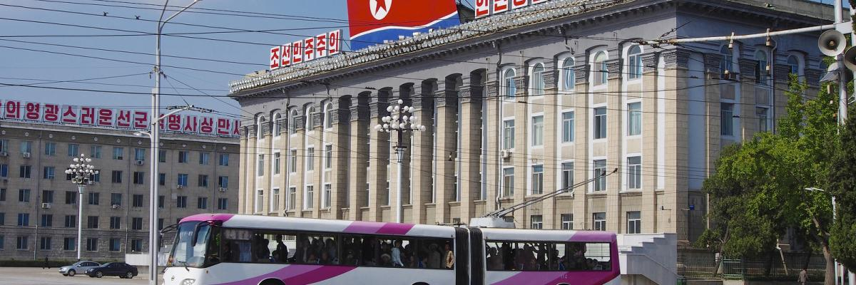 Pyongyang Trolly Buses par Clay Gilliland, licence CC : BY-SA. Source [Flickr]