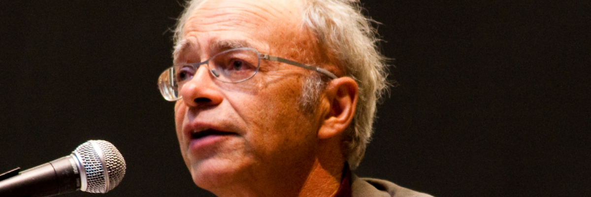 Peter Singer MIT Veritas by Joel Travis Sage, licence CC : BY 3.0. Source [Wikimedia Commons]