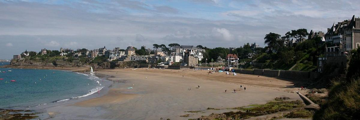 Dinard plage Saint-Enogat par Pymouss44, licence CC : BY-SA. Source [Wikimedia Commons]