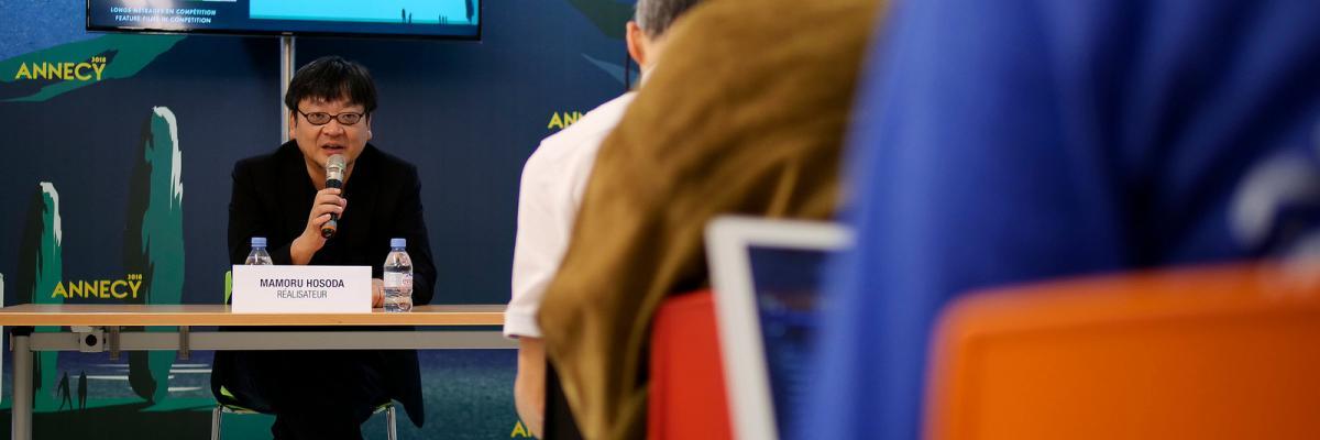 """Conférences de presse long métrage en compétition/Feature Film in Competition press conference: : """"Mirai""""/""""Miraï, ma petite sœur"""", Mamoru HOSODA, Yuichiro SAITO par Festival Annecy, licence CC : BY-NC-ND. Source [Flickr]"""
