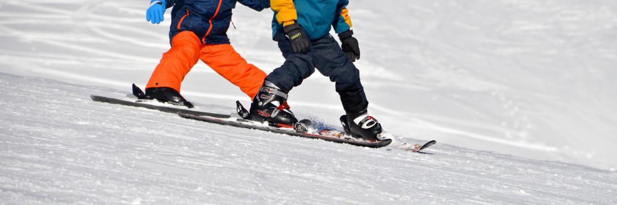 Cours de ski par PIROD4D, licence CC0. Source [Pixabay]