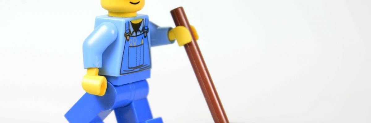 Bonhomme Lego avec un balai par blickpixel, licence CC0. Source [Pixabay]