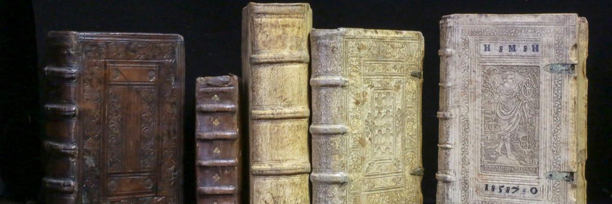 Livres anciens - Reliures XVIè Renaissance par Librairie Le Feu Follet, licence CC : BY-SA 4.0. Source [Wikimedia Commons]