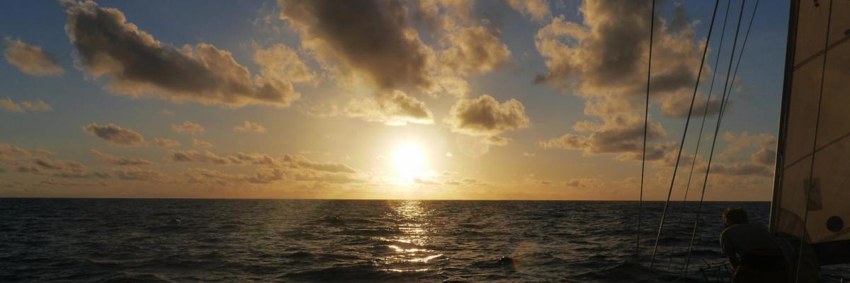 Couché de soleil sur l'ïle Teguae - Archipel des Vanuatu par Association Sailing For Change, avec leur aimable autorisation (http://sailingforchange.com)
