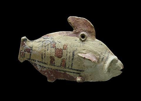 Poisson polychrome terre cuite chypre amathonte Louvre AM 976 par Jebulon, licence CC0. Source [Wikimedia Commons]