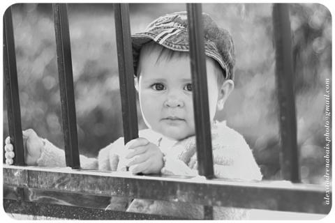 Image à la une : Astrid devant le portail par alexmoa, licence cc : by source [Flick'r]