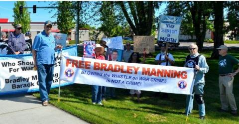 Manning Support Medford Oregon by Private Manning Support Network, licence CC:BY. Source [Wikimedia Commons]