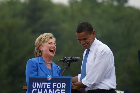 Hillary Clinton & Barack Obama Laughing par Marc Nozell, licence CC : BY. Source [Flickr]
