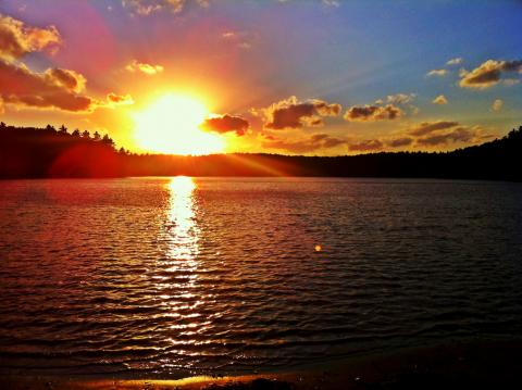 Walden pond at sunset by timhettler, licence cc : by, source [Flick'r]