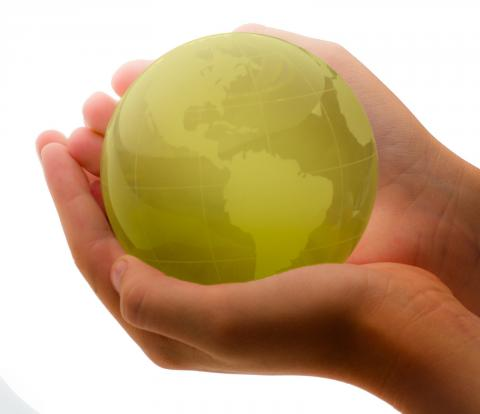 Green Globe In Child's Hands par Ken Teegardin, licence CC : BY-SA. Source [Flickr]
