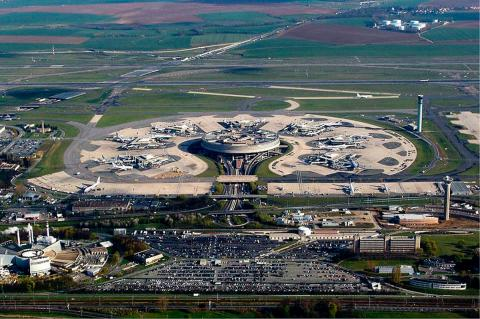 Terminal 1 of CDG Airport par Dmitry Avdeev, licence CC : BY-SA 3.0. Source [Wikimedia Commons]