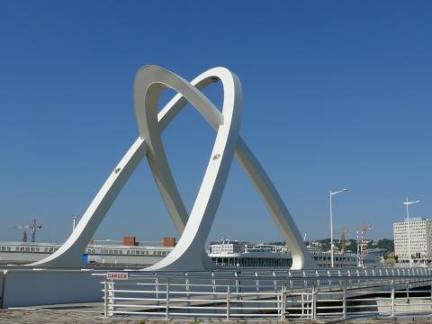 Le Havre - Pont des Docks par MOSSOT, licence CC : BY-SA. Source [Wikimedia Commons]
