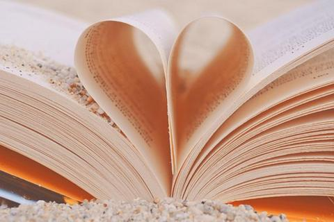 livre sable by marysse93, licence CC0. Source [Pixabay]