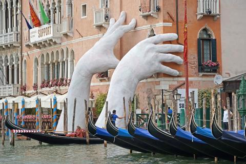 """""""Soutien"""" de Lorenzo Quinn (Grand Canal, Venise) par Jean-Pierre Dalbéra, licence CC : BY 2.0. Source [Flickr]"""