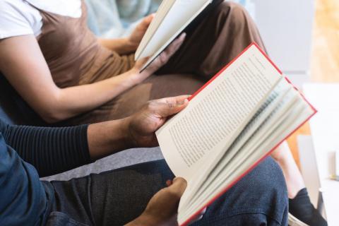 Intérieur, homme, femme, éducation, livre, étudiant, collège, domaine public. Source [Pixnio]