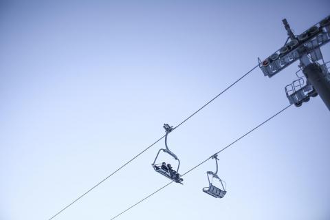 Télésiège à la montagne par Viktor Hanacek, licence CC : BY. Source [Flickr]