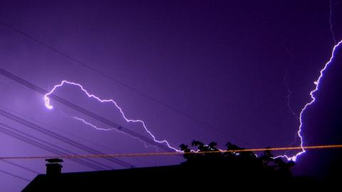 Lightning by Jannis Andrija Schnitzer, licence CC : BY-SA. Source [Flickr]