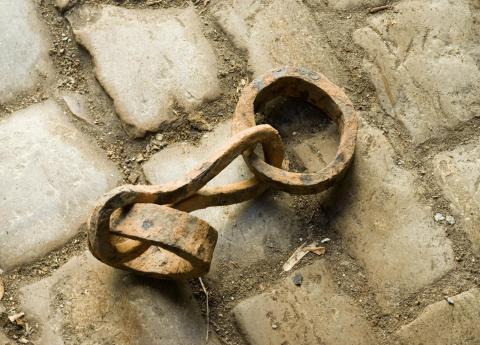 Fers esclave par Antoine Taveneaux, lience CC : BY-SA. Source [Wikimedia Commons]