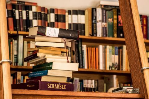 The book attic par Allan Sharp, licence CC : BY-SA 2.0. Source [Flickr]