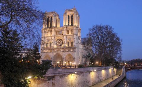 Cathédrale Notre-Dame de Paris from the river bank par stevenbates, licence CC : BY-NC-ND. Source [Flickr]