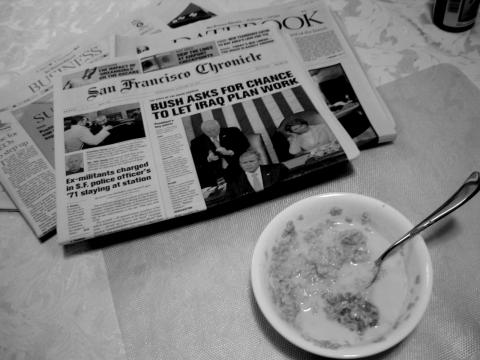 Reading the newspaper during breakfast par Travis Wise, licence CC0. Source [Flickr]