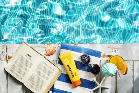 Livre au bord de la piscine [rawpixel.com]