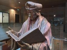 Erasmus Statue at Erasmus University Rotterdam par Timelezz, licence CC : BY-SA. [Source : Wikimedia Commons]